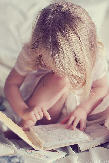 anak membaca buku